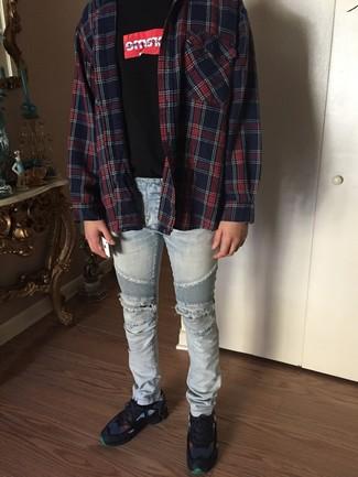 Comment porter: chemise à manches longues écossaise rouge et bleu marine, t-shirt à col rond imprimé noir, jean skinny déchiré bleu clair, chaussures de sport bleu marine
