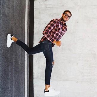 Comment porter un jean skinny avec des baskets basses pour un style relax: Harmonise une chemise à manches longues écossaise rouge et noir avec un jean skinny pour une tenue idéale le week-end. Jouez la carte classique pour les chaussures et complète cet ensemble avec une paire de des baskets basses.