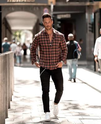 Comment porter: chemise à manches longues écossaise rouge et noir, jean skinny noir, baskets basses en cuir blanches, montre argentée