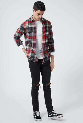 Comment porter: chemise à manches longues en flanelle à carreaux rouge et noir, t-shirt à manche longue blanc, jean skinny déchiré noir, baskets basses en toile noires