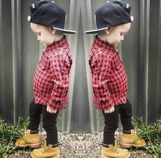 Comment porter: chemise à manches longues rouge, jean noir, bottes marron clair, casquette de base-ball noire