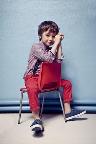 Comment porter: chemise à manches longues rouge, jean rouge, baskets bleu marine