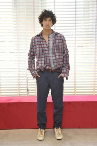 Comment porter: chemise à manches longues écossaise rouge, pantalon chino gris foncé, baskets basses en cuir beiges, ceinture en toile bordeaux