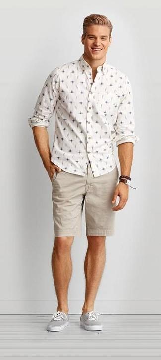 Comment porter: chemise à manches longues imprimée blanche, short beige, baskets basses en toile grises, montre en cuir marron foncé