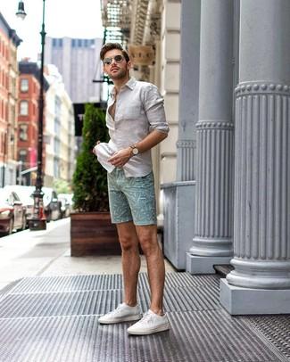 Comment porter: chemise à manches longues en lin blanche, short imprimé vert menthe, baskets basses en toile blanches, lunettes de soleil noires