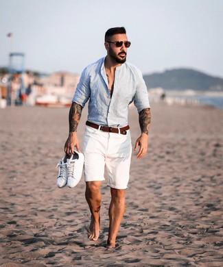 Comment porter: chemise à manches longues en lin bleu clair, short blanc, baskets basses en cuir blanches, ceinture en toile tressée marron