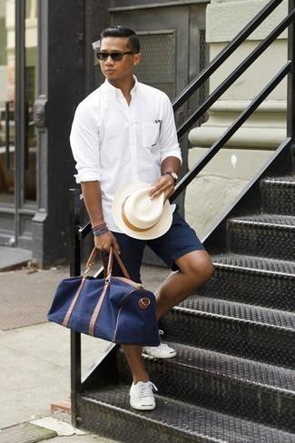 Tendances mode hommes: Opte pour une chemise à manches longues blanche avec un short bleu marine pour une tenue idéale le week-end.