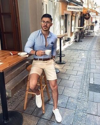 Comment porter une ceinture en cuir marron foncé: Une chemise à manches longues à rayures verticales bleu clair et une ceinture en cuir marron foncé sont ta tenue incontournable pour les jours de détente. Apportez une touche d'élégance à votre tenue avec une paire de des baskets basses en toile blanches.