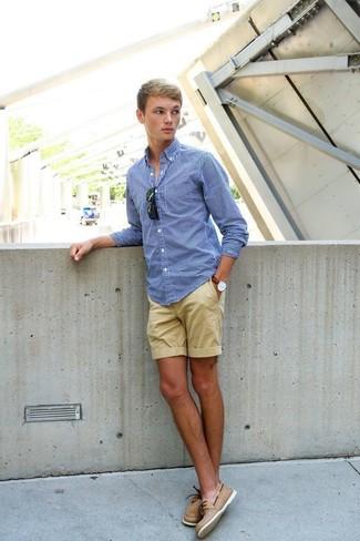 Comment porter: chemise à manches longues en vichy bleue, short marron clair, chaussures bateau en cuir marron clair, lunettes de soleil noires