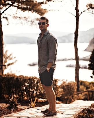 Comment porter: chemise à manches longues en lin grise, short bleu marine, chaussures bateau en cuir marron, lunettes de soleil noires