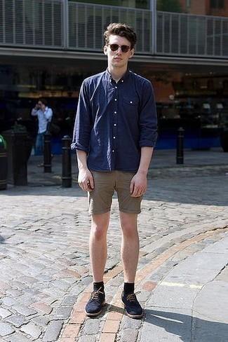 Comment porter des lunettes de soleil marron à l'adolescence: Pense à marier une chemise à manches longues bleu marine avec des lunettes de soleil marron pour un look idéal le week-end. Termine ce look avec une paire de des chaussures derby en daim bleu marine pour afficher ton expertise vestimentaire.