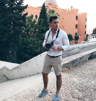 Comment porter: chemise à manches longues blanche, short gris, espadrilles en toile bleues, ceinture en cuir marron foncé