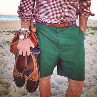 Comment porter: chemise à manches longues en vichy blanc et rouge et bleu marine, short vert foncé, grand sac en cuir tabac, ceinture en toile imprimée bleu marine