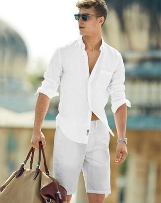 Comment porter: chemise à manches longues blanche, short blanc, grand sac en toile marron clair, lunettes de soleil noires