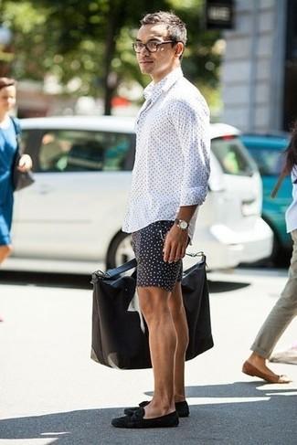 Comment porter: chemise à manches longues á pois blanche, short á pois noir, mocassins à pampilles en daim noirs, sac fourre-tout en toile noir