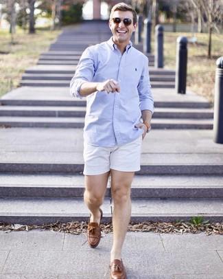 Comment porter: chemise à manches longues bleu clair, short blanc, mocassins à pampilles en cuir marron, lunettes de soleil marron