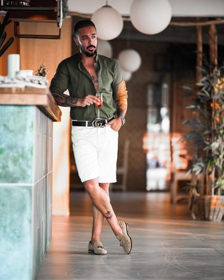 Comment porter: chemise à manches longues vert foncé, short blanc, mocassins à pampilles en daim beiges, ceinture en cuir noire