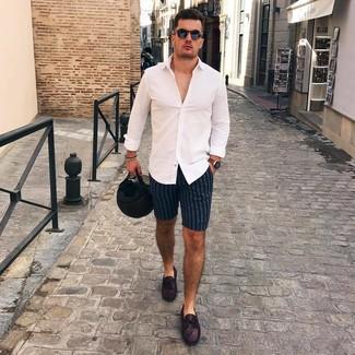 Comment porter: chemise à manches longues blanche, short à rayures verticales bleu marine, mocassins en cuir pourpre foncé, lunettes de soleil noires