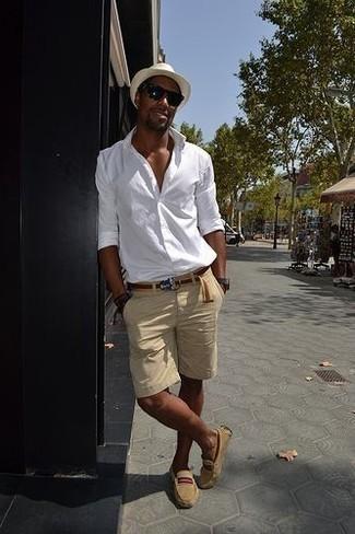 Comment porter une chemise à manches longues avec des mocassins: Essaie d'harmoniser une chemise à manches longues avec un short beige pour affronter sans effort les défis que la journée te réserve. Cet ensemble est parfait avec une paire de des mocassins.