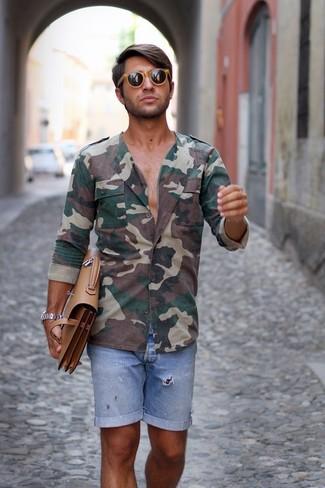 Comment porter: chemise à manches longues camouflage vert foncé, short en denim bleu clair, serviette en cuir marron clair, lunettes de soleil marron clair