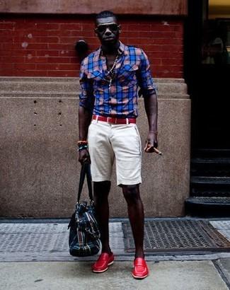 Comment porter des slippers en cuir rouges: Pour créer une tenue idéale pour un déjeuner entre amis le week-end, pense à harmoniser une chemise à manches longues écossaise rouge et bleu marine avec un short blanc. Une paire de des slippers en cuir rouges est une façon simple d'améliorer ton look.