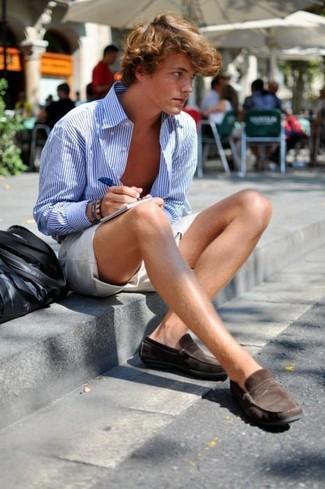 Comment porter: chemise à manches longues à rayures verticales blanc et bleu, short beige, slippers en daim marron foncé, sac fourre-tout en cuir noir