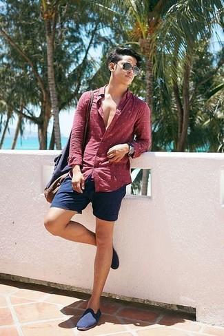 Comment porter: chemise à manches longues á pois rouge, short bleu marine, slippers en toile bleu marine, sac fourre-tout en toile bleu marine