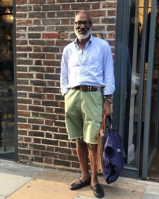 Comment porter: chemise à manches longues à rayures verticales bleu clair, short en denim vert, slippers en cuir noirs, sac fourre-tout en toile bleu marine