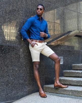 Comment porter une chemise à manches longues bleue: Marie une chemise à manches longues bleue avec un short beige pour affronter sans effort les défis que la journée te réserve. Choisis une paire de slippers en cuir marron pour afficher ton expertise vestimentaire.