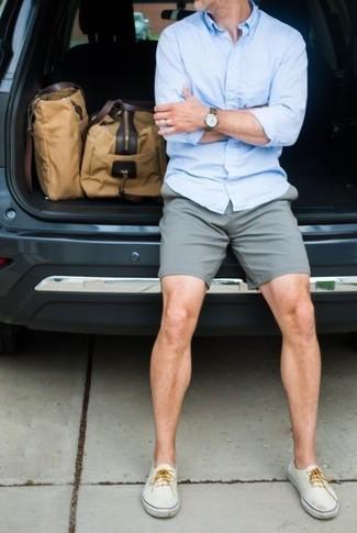 Comment porter: chemise à manches longues bleu clair, short gris, tennis blancs, grand sac en toile marron clair