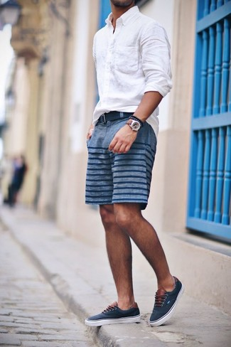 Comment porter une ceinture en toile bleu marine: Pour une tenue aussi confortable que ton canapé, pense à marier une chemise à manches longues en lin blanche avec une ceinture en toile bleu marine. Une paire de des tennis bleu marine est une façon simple d'améliorer ton look.