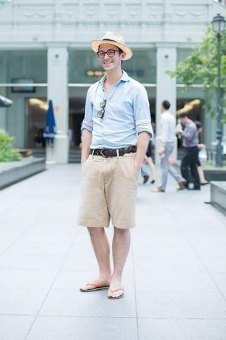 Comment porter des tongs: Essaie de marier une chemise à manches longues bleu clair avec un short beige pour une tenue idéale le week-end. Tu veux y aller doucement avec les chaussures? Termine ce look avec une paire de des tongs pour la journée.