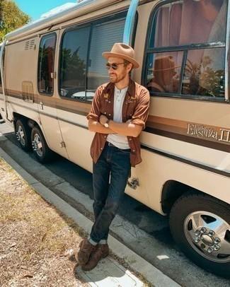 Comment porter un chapeau en laine marron clair: Harmonise une chemise à manches longues brodée marron avec un chapeau en laine marron clair pour un look confortable et décontracté. Une paire de des bottes de loisirs en cuir marron ajoutera de l'élégance à un look simple.