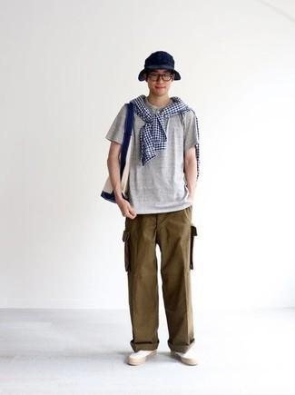 Comment porter un t-shirt à col boutonné gris: Pense à porter un t-shirt à col boutonné gris et un pantalon cargo marron pour une tenue relax mais stylée. Une paire de baskets à enfiler en toile blanches apportera une esthétique classique à l'ensemble.