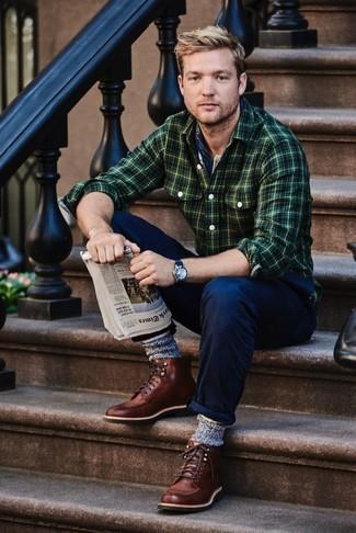 Comment porter un bandana: Pense à opter pour une chemise à manches longues en flanelle écossaise vert foncé et un bandana pour une tenue idéale le week-end. Ajoute une paire de des bottes de loisirs en cuir marron à ton look pour une amélioration instantanée de ton style.
