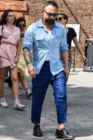 Comment porter une chemise: Pour une tenue de tous les jours pleine de caractère et de personnalité associe une chemise avec un pantalon chino écossais bleu. Jouez la carte classique pour les chaussures et complète cet ensemble avec une paire de des chaussures derby en cuir pourpre foncé.