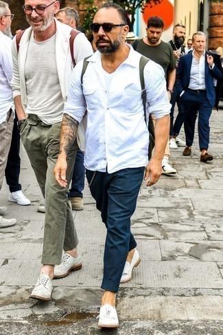 Comment porter une chemise: Pense à associer une chemise avec un pantalon chino bleu canard pour un look de tous les jours facile à porter. Ajoute une paire de des mocassins à pampilles en cuir blancs à ton look pour une amélioration instantanée de ton style.