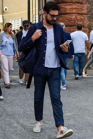 Comment porter une chemise: Pense à porter une chemise et un pantalon chino bleu marine pour une tenue confortable aussi composée avec goût. Une paire de des baskets basses en toile grises rendra élégant même le plus décontracté des looks.