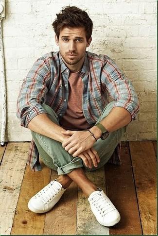 Comment porter: chemise à manches longues écossaise grise, t-shirt à col rond tabac, jean olive, baskets basses blanches