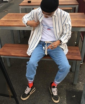 Comment porter: chemise à manches longues à rayures verticales blanc et bleu marine, t-shirt à col rond imprimé blanc, jean bleu clair, baskets montantes noires