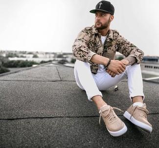 Comment porter: chemise à manches longues camouflage marron clair, t-shirt à col rond blanc, jean blanc, baskets basses en cuir marron clair