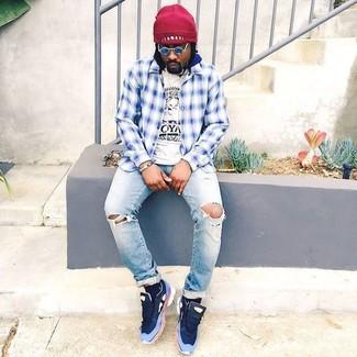 Comment porter: chemise à manches longues écossaise blanc et bleu, t-shirt à col rond imprimé blanc et noir, jean déchiré bleu clair, chaussures de sport bleu marine