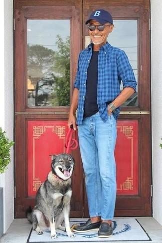 Comment porter: chemise à manches longues écossaise bleue, t-shirt à col rond noir, jean bleu clair, slippers en cuir noirs