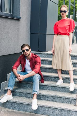 Comment porter: chemise à manches longues rouge, t-shirt à col rond blanc, jean bleu, chaussures de sport blanches