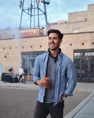 Comment porter: chemise à manches longues en chambray bleue, t-shirt à col rond gris, jean noir, bandana bleu marine