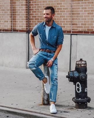 Comment porter: chemise à manches longues en chambray á pois bleue, t-shirt à col rond blanc, jean déchiré bleu, baskets basses blanches