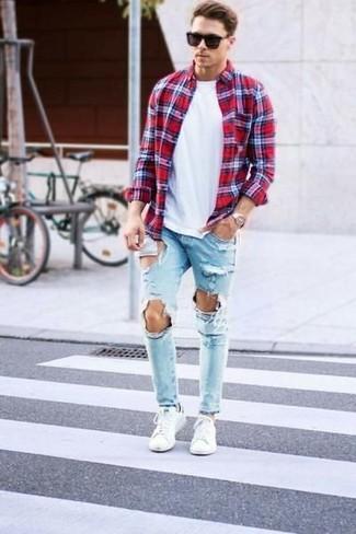 Comment porter: chemise à manches longues écossaise rouge, t-shirt à col rond blanc, jean déchiré bleu clair, baskets basses blanches