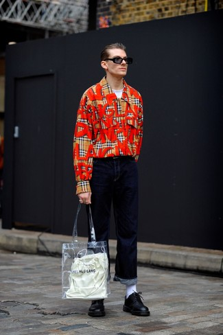 Comment porter: chemise à manches longues écossaise marron clair, t-shirt à col rond blanc, jean bleu marine, chaussures derby en cuir noires