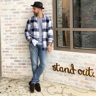 Comment porter: chemise à manches longues en flanelle écossaise noire et blanche, t-shirt à col rond gris, jean bleu clair, slippers en daim marron foncé
