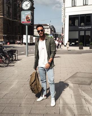 Comment porter un sac à dos en toile olive: Pense à marier une chemise à manches longues vert foncé avec un sac à dos en toile olive pour une tenue idéale le week-end. Une paire de des baskets basses blanches rendra élégant même le plus décontracté des looks.